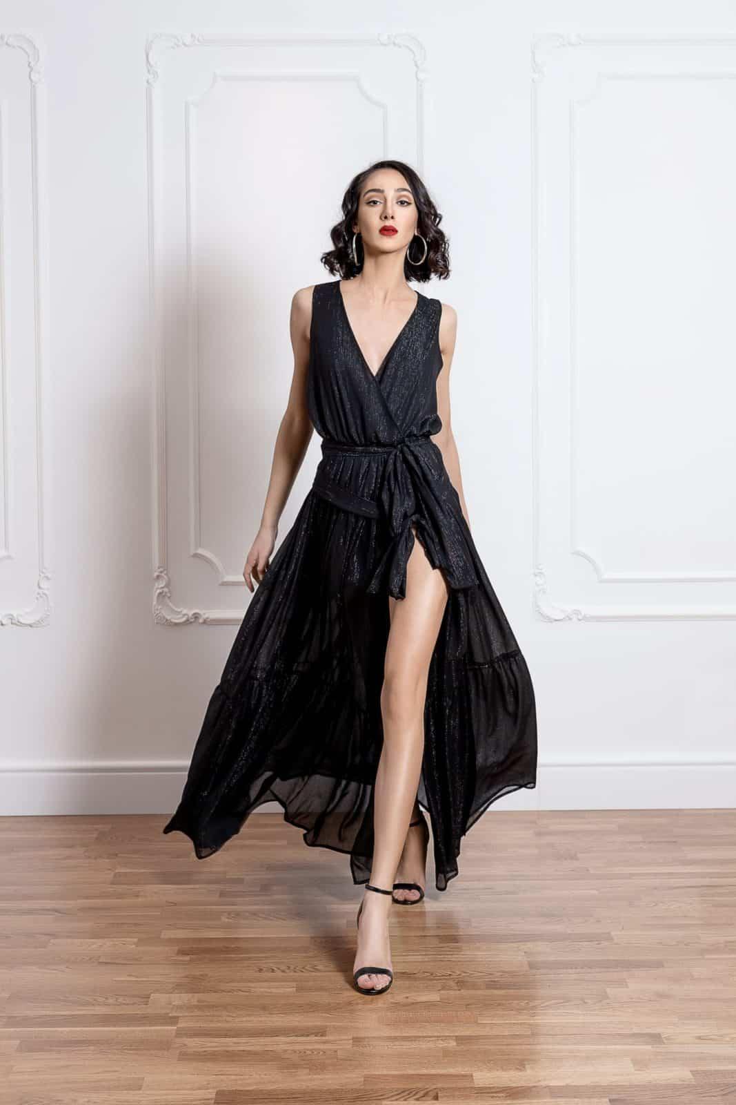 Дълга рокля на волани с цепка на единия крак