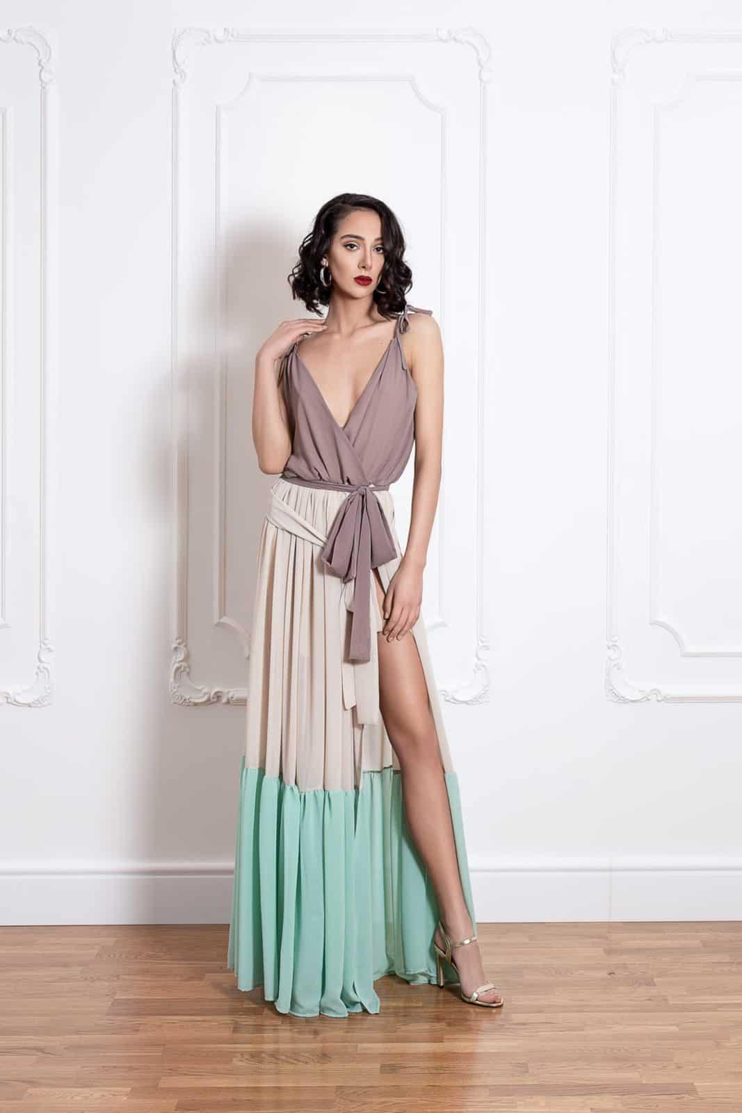 Дълга трицветна рокля на волани с цепка на единия крак