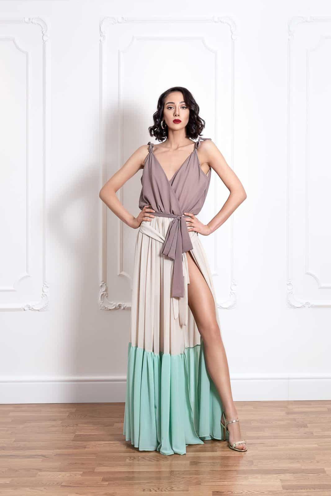 Дълга трицветна рокля на волани с цепка на единия крак 3
