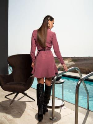 Къса рокля тип риза с копчета и волан в цвят касис