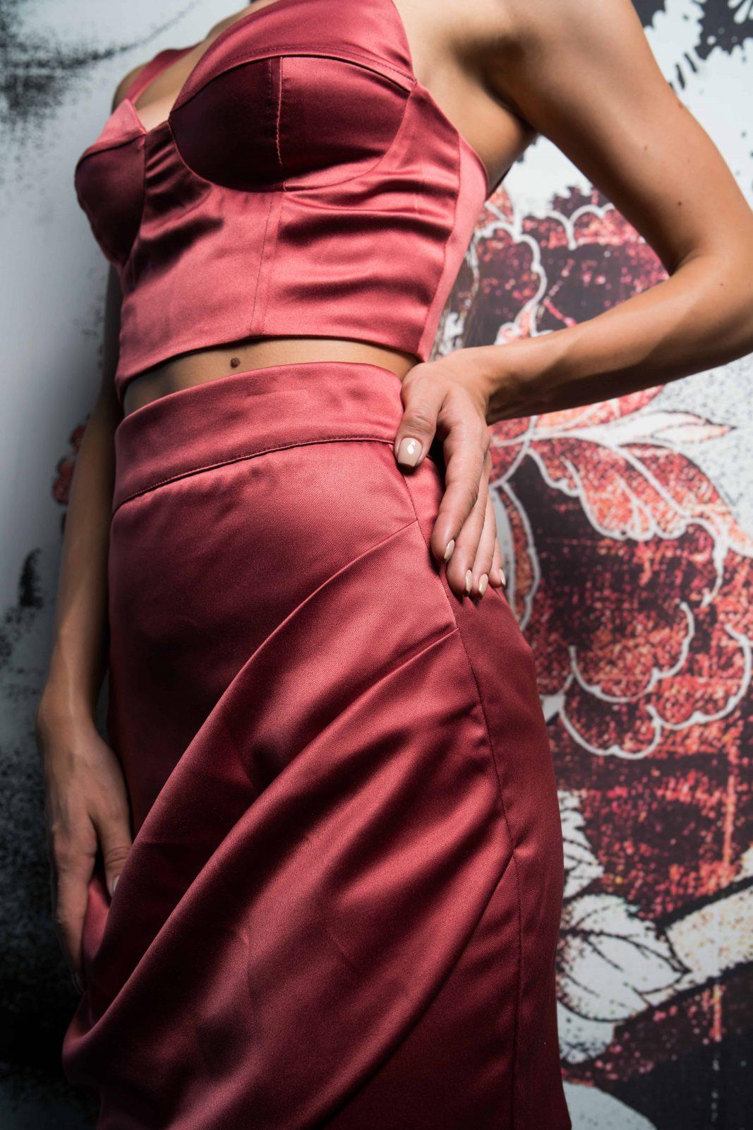 Къса пола и късо бюстие от сатен в цвят рубин