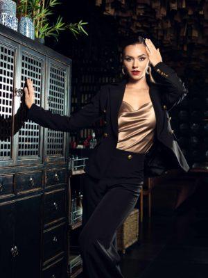 Луксозно дамско сако в черно с втален силует.