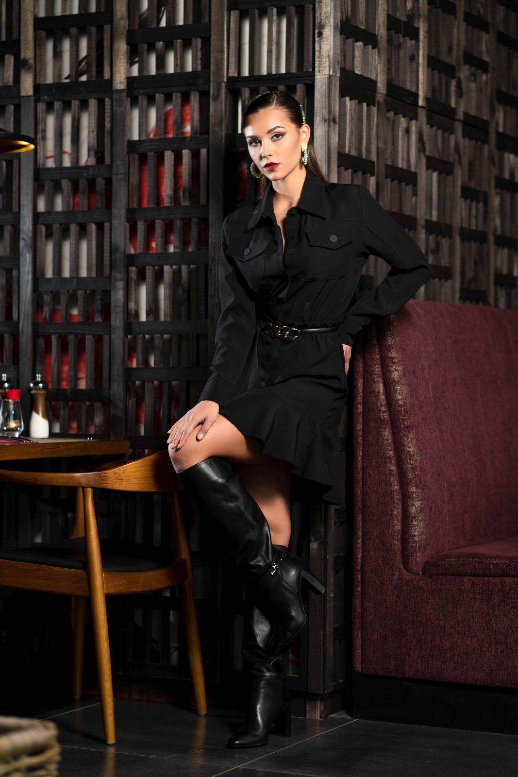 Къса елегантна черна рокля, с копчета и волан на талията.