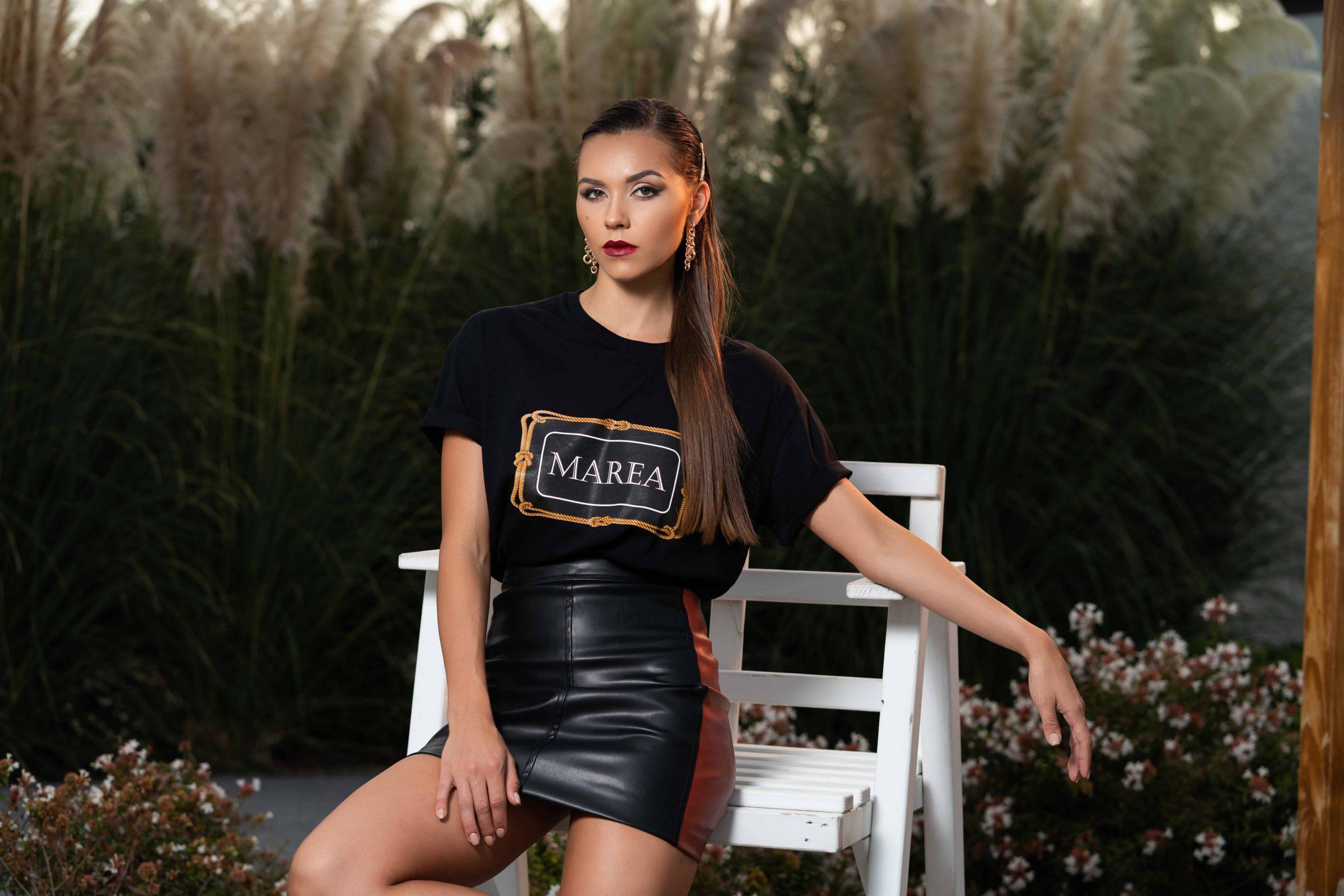 Черна, ултра-модерна тениска и черна къса пола