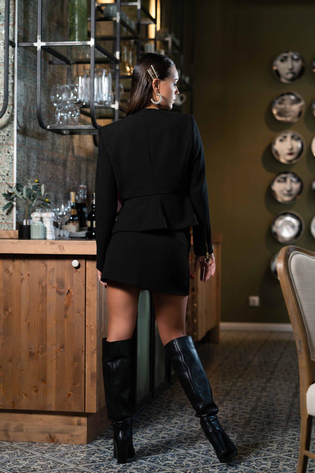 Елегантно дамско сако в черно с втален силует и ефектени ръкави.