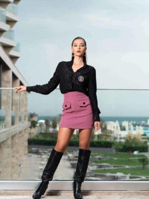 Къса пола с джобове и черна риза с дълъг ръкав на райе и бродирано лого