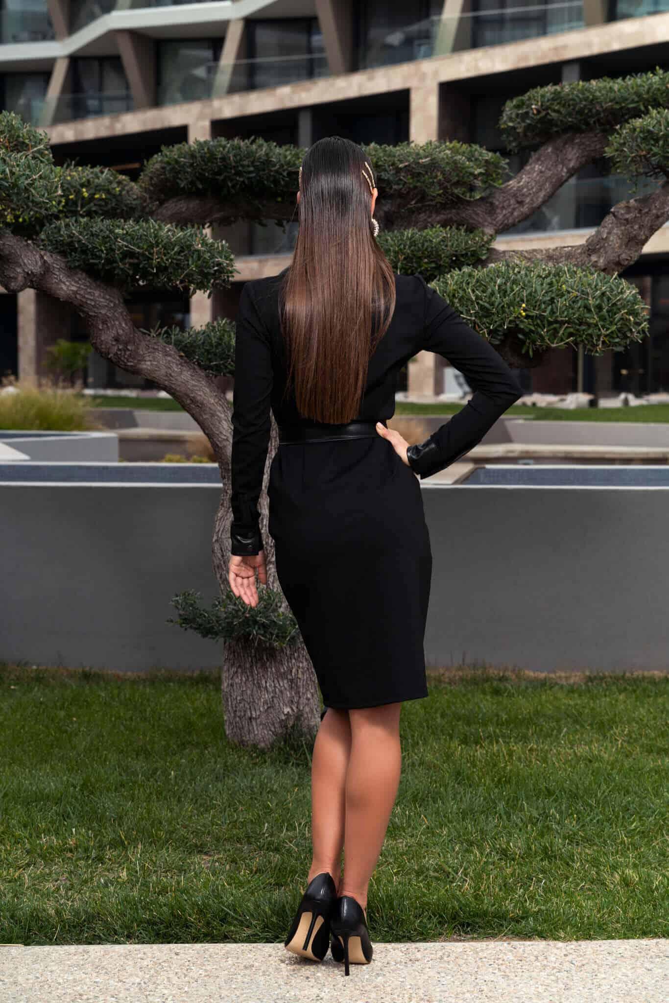 Черна рокля тип риза с копчета и кожен колан