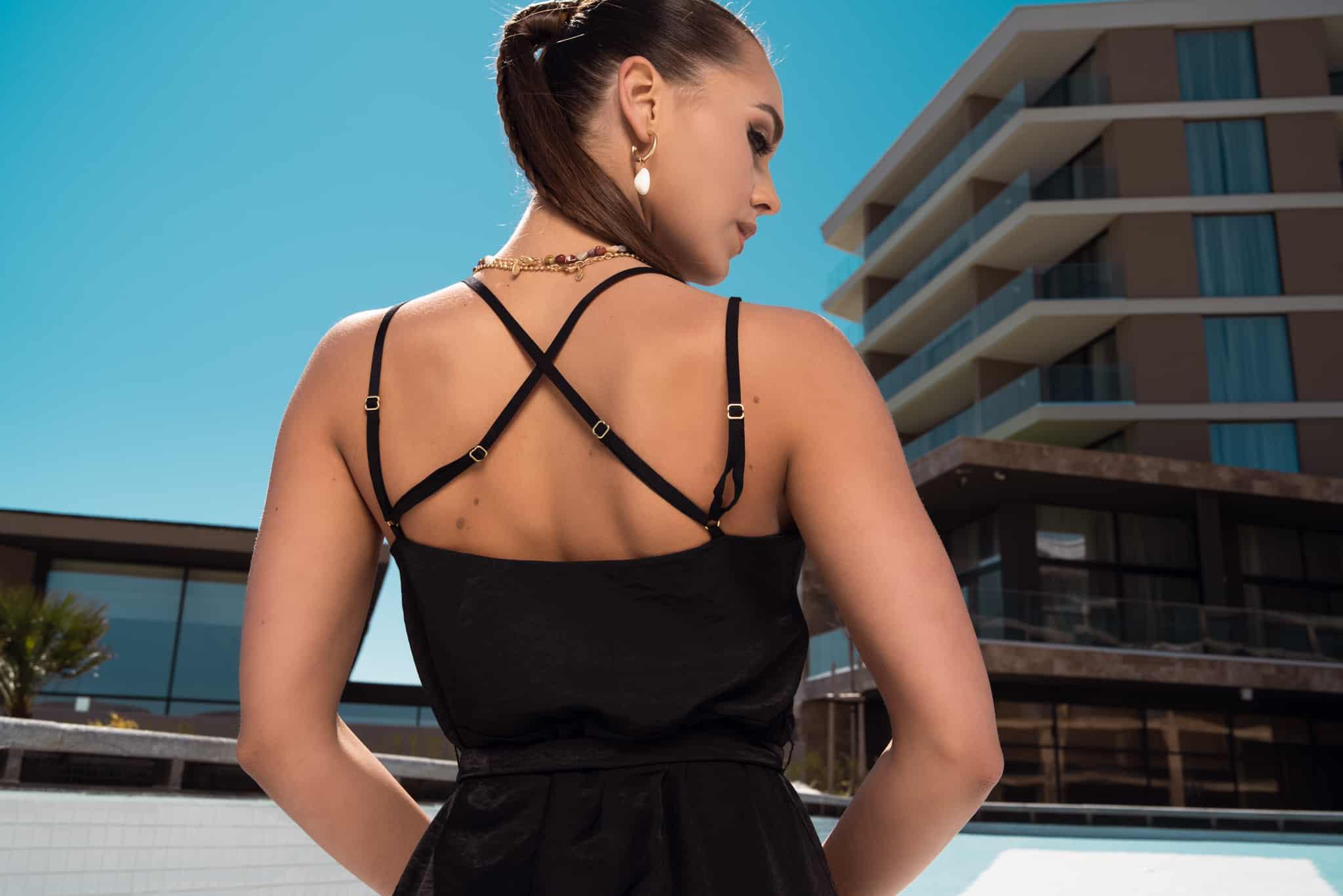 Дълга рокля с цепки в черно