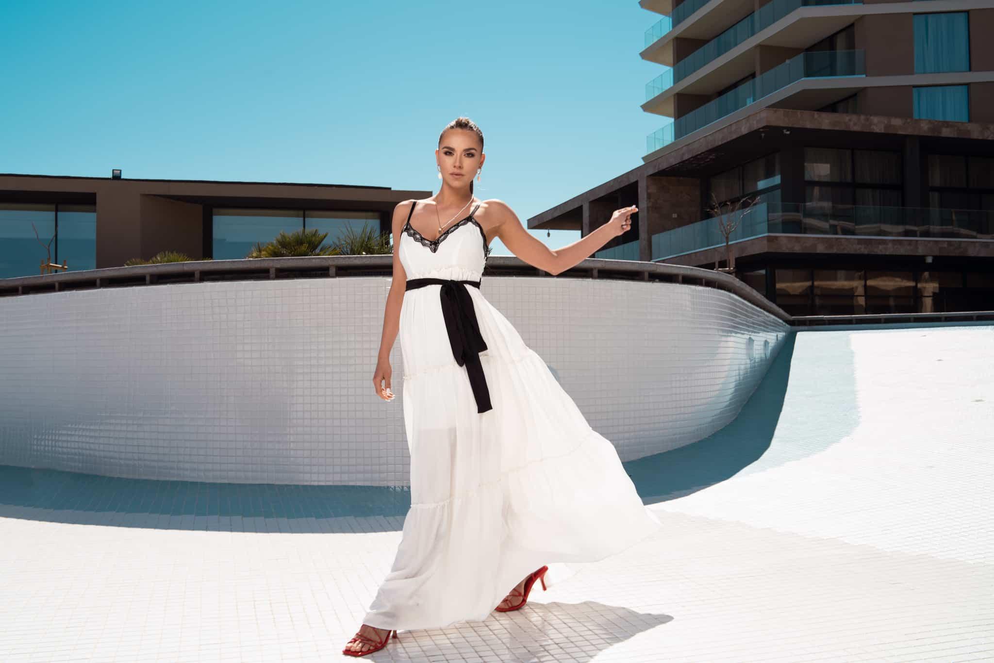 Дълга рокля с волани в бял цвят