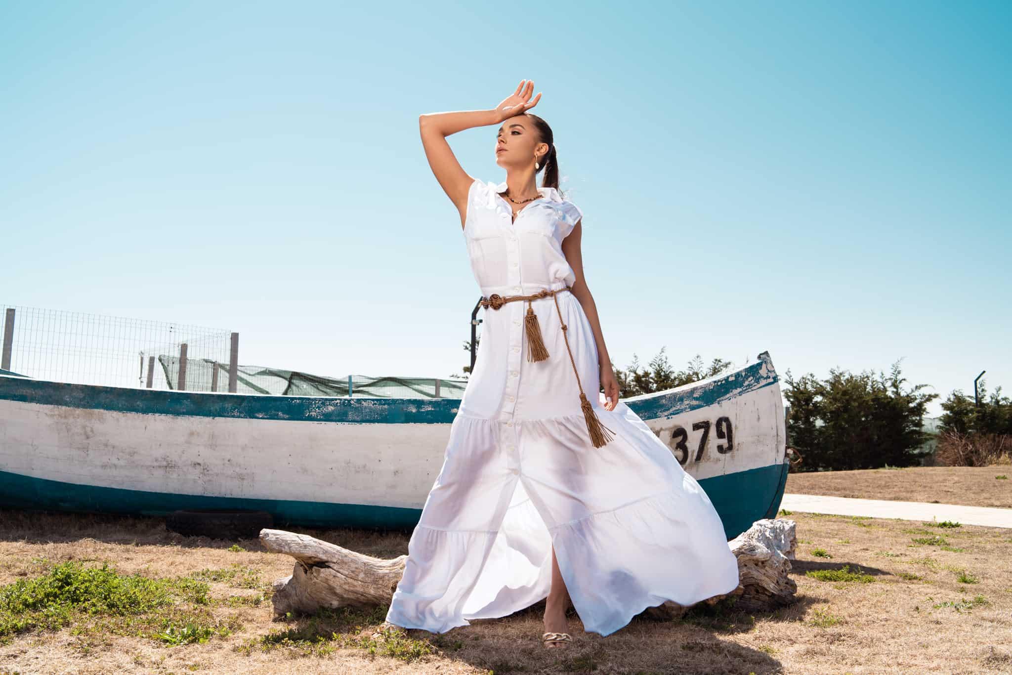 Дълга риза рокля с волани в бял цвят